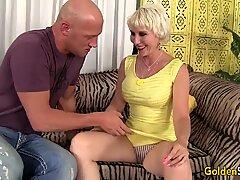 Gammal kvinna Dalny Marga tar unga stora snopp
